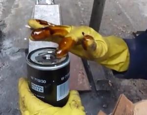 Смазываем прокладку масляного фильтра